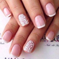 белый френч с рисунком на безымянном пальце