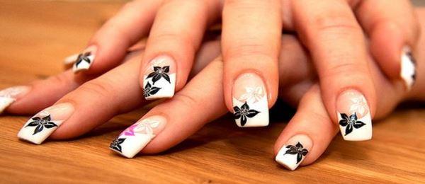 белый френч с рисунком на нарощенных ногтях